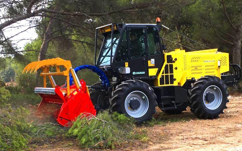 Débroussaillage mécanique au Castellet (83) le tracteur avec broyeur forestier | 06 66 35 21 31